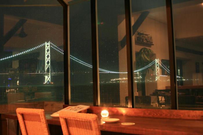 ライトアップされた明石海峡大橋が一望できるので、夜もおすすめ。