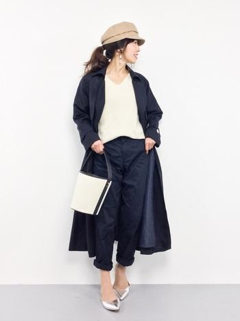 コートとボトムスの色を合わせた、セットアップ風の着こなしです。デコルテや足首の肌見せで、重めカラーでもすっきりと♪
