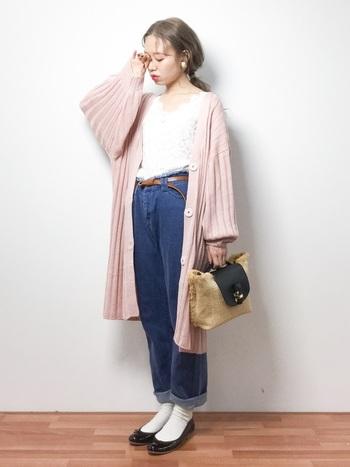 たっぷりとした袖がかわいいピンクのロングカーディガンを取り入れたコーディネート。足元を白靴下とブラックのバレエシューズでまとめてカジュアルすぎないように。