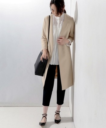 ノーカラーとしてはちょっとめずらしい、Vネックタイプのコートです。全体をシャープに見せつつ、インナーのレースシャツでフェミニンさを添えています。