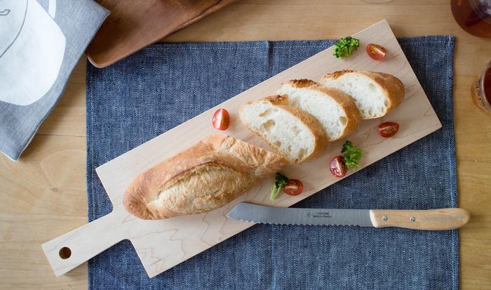 フランスの老舗メーカー「レコノム」のブレッドナイフ。木の温もりあふれるハンドルと、傘マークのロゴが可愛らしい。ハンドルは、カラフルなイエローとレッドもあります。小さめサイズなので収納しやすく、お家に一本あると重宝するはず。