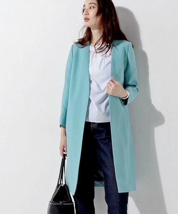 春夏ファッションの全体の傾向として、華やかで明るい色が多く登場します。ベーシックカラーが主流のコートも例外ではなく、今までにない春色をまとうのが新鮮です。