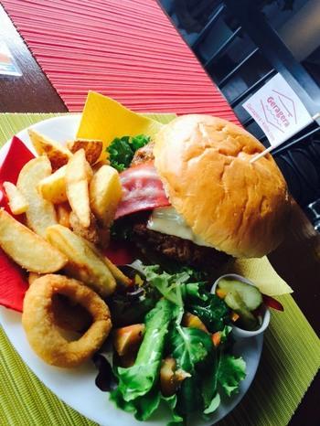 ランチセットのハンバーガーはボリュームたっぷり!この他、ローストビーフ丼もおいしいと評判。