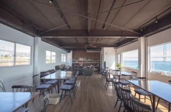 テラス席だけでなく、店内からも海や明石海峡大橋を眺めることができます。