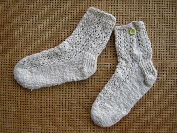 オーガニックコットンの糸で透かし編みした靴下。ナチュラルな色合いが魅力です。さらりとした履き心地なので、雨の日や夏場にもぴったり♪ナチュラルファッションとの相性もばっちりです◎