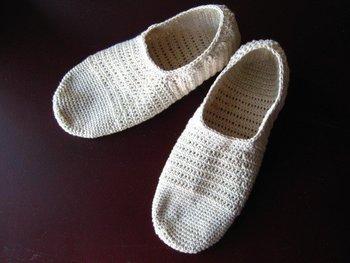 生成りのオーガニックコットンで編んだ靴下。スニーカーとのバランスが良さそうですね♡靴下だけでなく、ルームシューズとしても活躍しそう☆