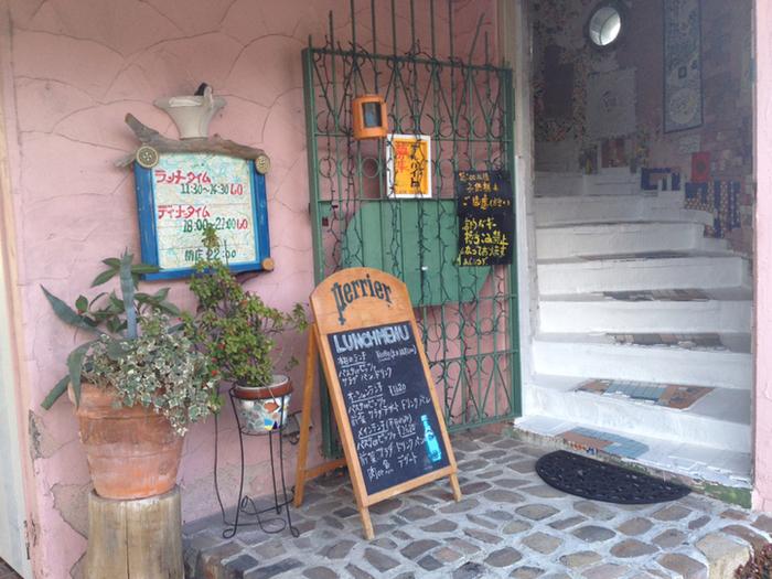 サーモンピンクの壁が目を引く「FIESTA」。朝霧で1989年にオープンして以来、長く愛されているお店です。
