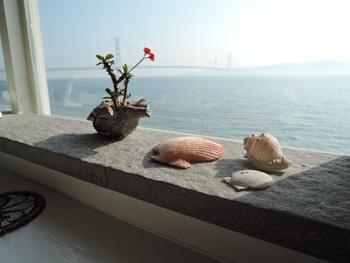 窓辺に飾られたちょっとした小物がリゾート感を演出してくれています。