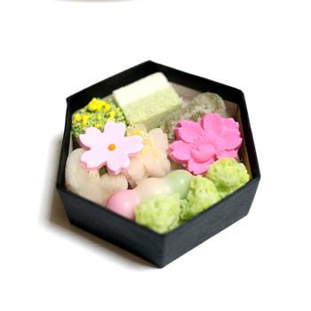 「京のよすが」のミニバージョン。手のひらサイズの六角形の箱の中には、求肥や千菓子などが入っています。六家計の箱も可愛いですね。