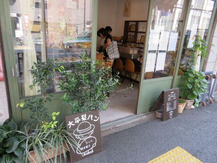 千駄木駅から徒歩5分。緑の引き戸のお店が「大平製パン」です。  もとは文房具店だったという、小ぢんまりとしたお店がかわいらしい!