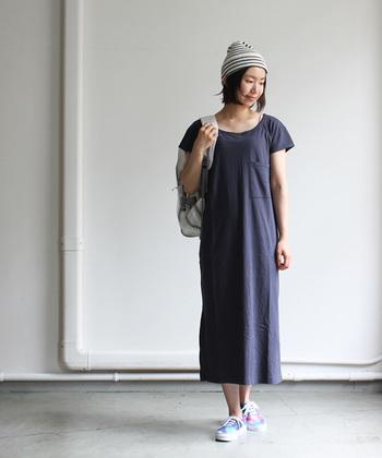 一枚で着るカットソー素材のワンピースはリラックスした雰囲気でまとめたいですね。ニット帽にスニーカーを合わせてカジュアルに!