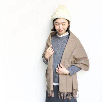 ウールの柔らかな風合いが感じられるストールは羽織るだけでポカポカあったかい。優しい色合わせのコーデに仕上げたいですね。