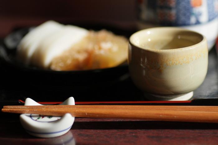 日本酒には、本当にたくさんの種類があります。お燗に適したお酒も、適していないお酒もあるでしょう。香り高い吟醸酒を燗するなんて香りが飛んでもったいない、と言う人もいるかもしれません。でも、好みは人それぞれ。それほど難しく考えず、吟醸酒は人肌燗くらいまで、それ以外はもっと高い温度までOK、くらいの認識で試してみましょう!