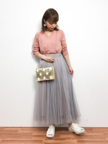 落ち着いた印象のグレーは、大人っぽいコーデに仕上げてくれます。春にぴったりのサーモンピンクのトップスを合わせて、爽やかな装いに。