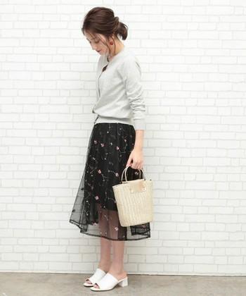 ブラックカラーのスカートも、刺しゅう入りなら重たくなりすぎず軽やかに。ちょっとしたパーティやお呼ばれにも使える上品なコーデが叶います。