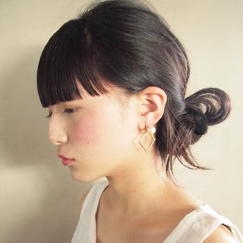 チークの基本的な入れ方は、頬の最も高い部分からこめかみに向かって、斜めに色をのせていく方法です。チークが肌から浮かず、ナチュラルで上品な仕上がりになりますよ。ただし、顔の形によっては、チークの入れ方を多少変えた方が良い場合もあります。