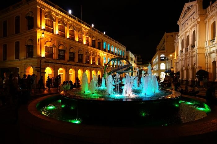 夜になると広場にある建物や噴水が華やかにライトアップされ、昼間とは違う幻想的な光景に。おしゃれでムード満点の雰囲気なので、デートスポットとしてもおすすめです。