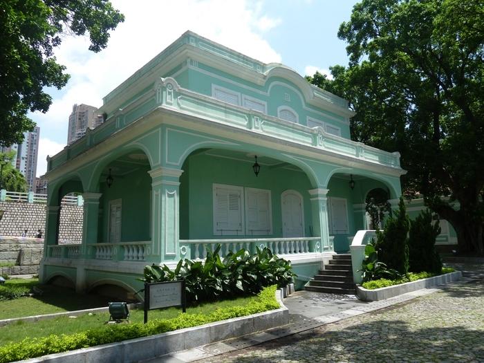 ここからは、マカオ半島の南部に位置するタイパ島 & コロアネ島のかわいい観光スポットをご紹介します。ひとつめの「タイパ ハウスミュージアム」は、1921年に建設されたポルトガル人の5軒の邸宅をミュージアムにしたものです。美しいミントグリーンの建物が特徴的で、内部では昔のマカオの生活風景などを展示しています。