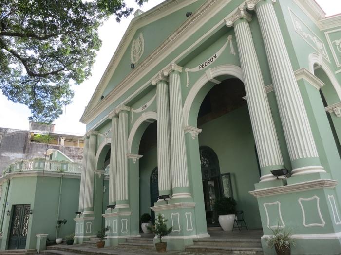 聖オーガスティン教会の向かい側にあるのが、こちらの「ドン・ペドロ5世劇場」です。1860年に、アジア初の西洋式劇場として創建されました。パステルグリーンの壁と白の装飾が非常に美しいですよね。会場は300席ほどとなっており、現在でも公共の催事や祝賀会などで利用されているそうです。