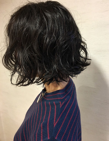 ゆるめのパーマにウェット系のスタイリング剤を揉みこむようにつければ、大人カジュアルなヘアスタイルにも!