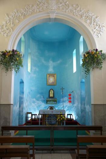 聖フランシスコ・ザビエル教会の祭壇は、空をイメージした鮮やかなブルーで塗られています。マカオ半島の教会にはない、爽やかで美しい祭壇ですよね。