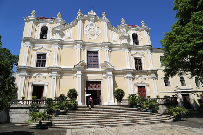それでは、聖オーガスティン広場にある建物をひとつひとつご紹介していきます。まずこちらの「聖ヨセフ修道院及び聖堂」は、1728年(修道院)と1758年(聖堂)に、イエズス会によって建設されたものです。聖堂の方はクリーム色の壁が印象的で、内部にはフランシスコ・ザビエルの腕の遺骨が祀られています。