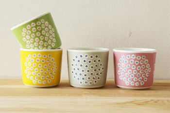 小花のブーケのようなデザインと、パっと目を引く春らしいカラーリングのラテマグ。コーヒーやお茶、どちらにも使えて便利ですよ。