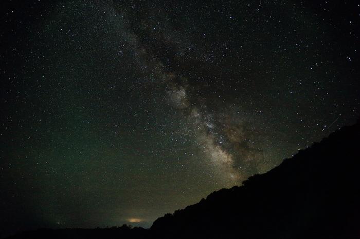 天の川も、こんなに美しい。  知床峠は、ドライブコースとして有名。特に羅臼岳の紅葉は絶景と評判です。知床へ旅したら、星降る夜空も堪能しましょう。