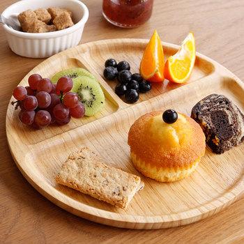 ありそうでなかった、木製のカフェプレート。ラバーウッドで作られており、柔らかな木目とすべすべした肌ざわりが魅力。ワンプレートの朝食やディナーだと、食器を洗うのが簡単になります。オシャレな上に、実用的なのが嬉しい。