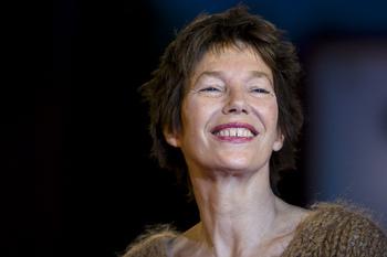 ジェーン・バーキンはイギリス・ロンドン出身の女優・歌手。イギリスの舞台や映画で活躍した後、フランスにて作曲家であるセルジュ・ゲンズブールとタッグを組み、様々な曲を発表。透明感のあるウィスパーボイスと、その独自の美意識から、60年代のファッションアイコンとして愛されました。