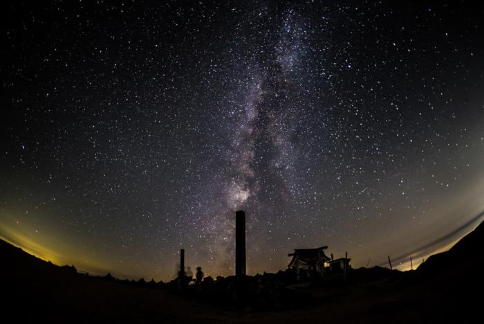 蔵王町も星が美しい町としてよく知られた星空スポット。(画像は、蔵王刈田岳山頂付近で撮影された星空。《蔵王刈田岳》へのルート「蔵王ハイライン」も例年11月上旬~4月下旬冬期通行止め。)
