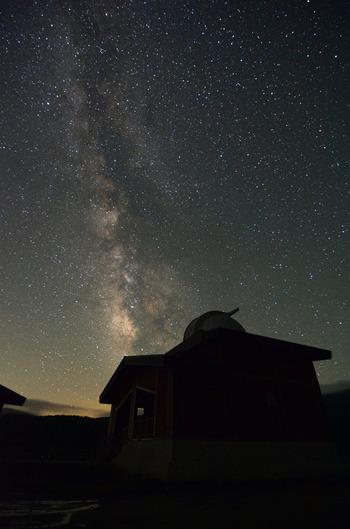 《浄土平天文台》がある場所は、標高約1,580m。  四方を山に囲まれているため、市街地の明かりが遮られ、素晴らしい星空を観察することが出来ます。