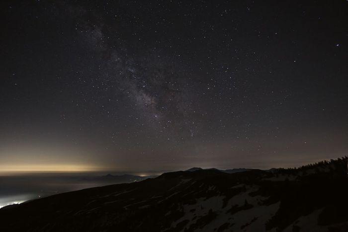 草津白根山と天の川。どこか別の世界に降り立ったような星空。 白根山は、標高2160m。視界が開けて星空を眺めるのに適した場所。(冬季は白根山への道路は閉鎖)