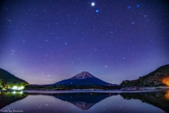 夜の湖面に映る、逆さ富士と星も素敵。ロマンティックな星空。
