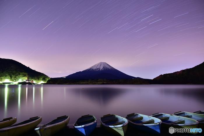 富士五湖の一つ「精進湖」。富士山の天空に広がる満天の星空は、格別。