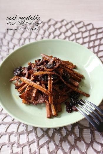 食物繊維たっぷりなうえ、歯ごたえ&食べごたえばっちりな根菜の炒めもの。干しブドウやバルサミコ酢で、ワインに合うお味に仕上げています。