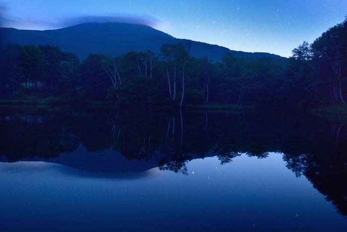 スキー場で知られる妙高高原は、美しい星空が観測できるスポットが数々あります。中でも笹ヶ峰の星空は特別と評判。 画像は、清水ヶ池からの妙高山。