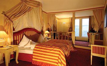 ライン川を見渡すことができる客室は、王宮のように豪華な内装です。天蓋付のベッドで眠り、貴族になった気分を味わってみてはいかがでしょうか。