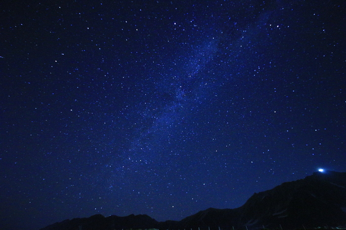 立山《室堂》と《星》が織り成す壮大な眺め。  《室堂》は、立山黒部アルペンルートで最も高い場所に位置する、観光と登山の拠点。