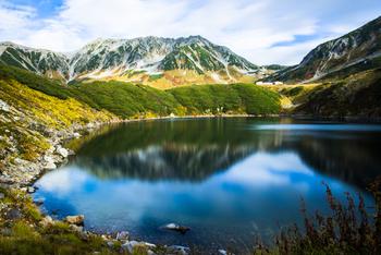 立山の峰々を間近に望める《みくりが池》は、立山観光のスポット。昼間の景色も素晴らしいですが、夜の星空は満点。