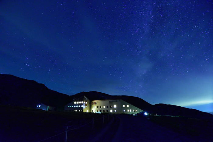 """標高2,450mに位置する""""星にいちばん近いリゾート""""「ホテル立山」。看板を偽らない、素晴らしい星空が眺められます。昼間は観光地へ、夜はホテルで、星空鑑賞を。"""