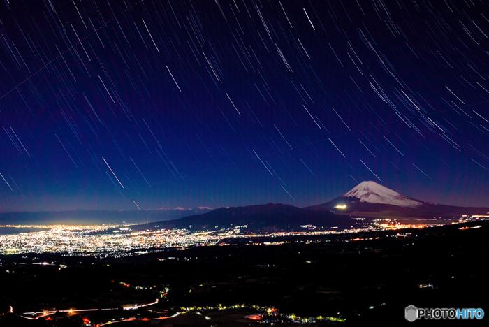 富士、箱根、伊豆国立公園を走る「伊豆スカイライン」は、伊豆半島の尾根を縦走するドライブウェイ。夜景で評判のこのドライブウェイでは、上空に広がる星空も素晴らしい。