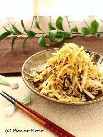 千切りの白菜の食感が楽しく、ゆずの香りが食欲をそそります。クセがなくどんなお酒にも合う万能おつまみ。
