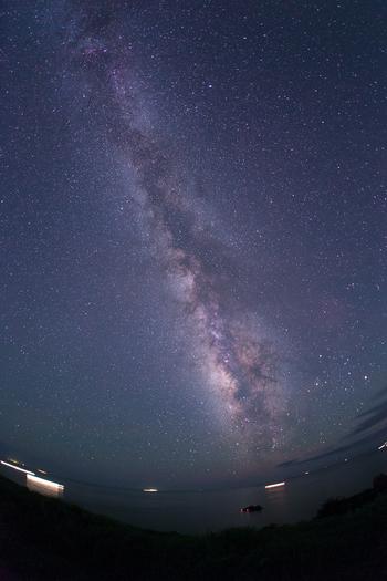 伊豆半島の観光スポットとして有名な《石廊崎》は、満天の星空を眺めるのに絶好の場所。  石廊崎は、伊豆半島の最南端。視界が開け、光害の影響が少ない土地。関東近郊では、星が一番綺麗に見えると言う人も少なくない。  画像は《奥石廊崎》の星空。