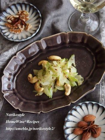 あまり主役になることのないセロリがおしゃれに変身!クミンでエスニック風に。カシューナッツも食感のアクセントになっています。