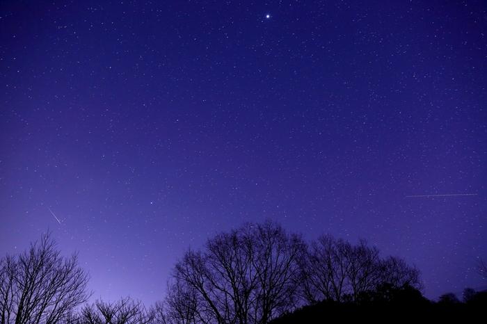 《神野山》は標高618.8mの山。奈良県の指定名勝・「県立月ヶ瀬神野山自然公園」に指定された、風光明媚な場所。  牧場や名刹等があり、またツツジの名所としても知られ、多くの観光客が訪れる観光スポットですが、星空スポットとしても良く知られています。