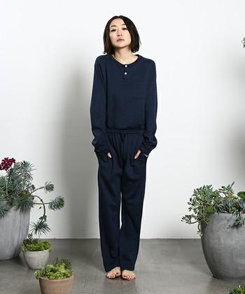 オシャレなデザインだとしても、スウェット上下のような楽チンウエアではパジャマ感満載になってしまいがち。