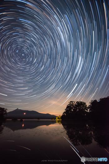 """満天の星空。  言葉で耳にしても、一生の内にどれだけ""""満天の星空""""を眺めることが出来るでしょう。  わざわざ星空を求めに出掛けるのは、難しいものです。紹介した23箇所は、どこも観光名所。旅先でもし向かうのであれば、夕飯時のお酒をちょっぴり控えて、星空をぜひ眺めて下さい。  満天の星空が、あなたの頭上に広がっているかもしれません。  (画像は、《北海道 七飯町・大沼》の星空)"""