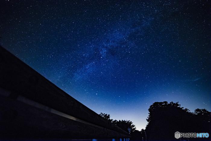 """《護摩壇山(ごまだんざん)》の満天の星空。  《護摩壇山》を頂上とする、和歌山県龍神村の山並みは""""紀州の屋根""""と呼ばれています。大阪近郊では、この場所が最も美しい星空が望める場所として知られています。"""