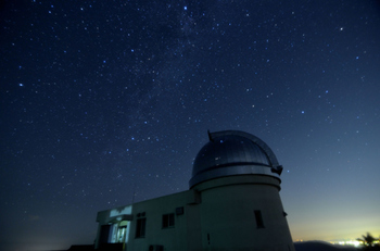 """""""願いかなう町*美星""""ををキャッチフレーズに町づくりを進めている《美星町》は、先に紹介した《長野県国立天文台野辺山》と共に日本三選星名所の一つに数えられた、星空が美しい町です。  町内には、天文台を有する《井原市星空公園》があり、そこでは観望会が月一回程度定期的に行われています。"""